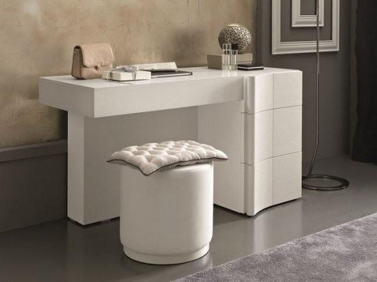Нужен ли в спальне туалетный столик?