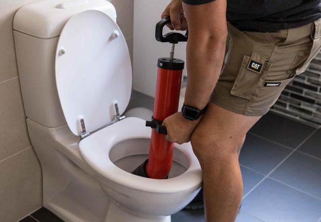 Как прочистить засор в туалете. 2 способа, про один из которых вы могли не знать