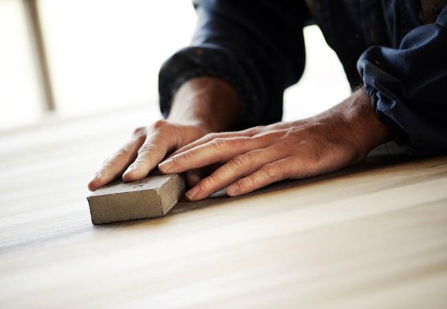 Как устранить механические повреждения на деревянной поверхности?